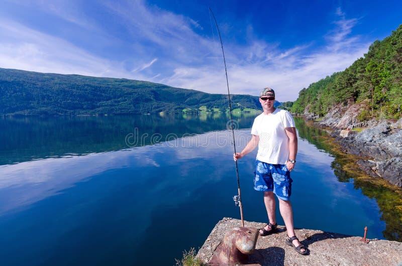 Pescatore e fiordo norvegese immagini stock