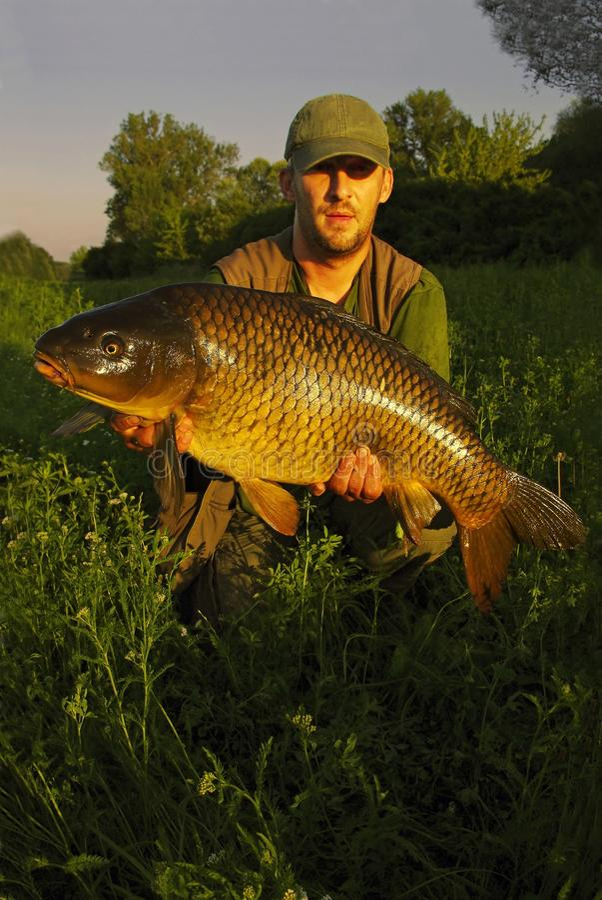 Pescatore felice con la sua cattura immagini stock libere da diritti