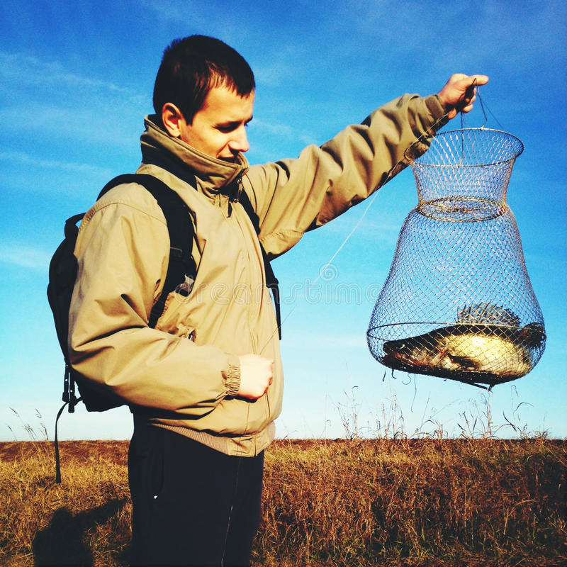 Pescatore fiero con la cattura fotografia stock libera da diritti