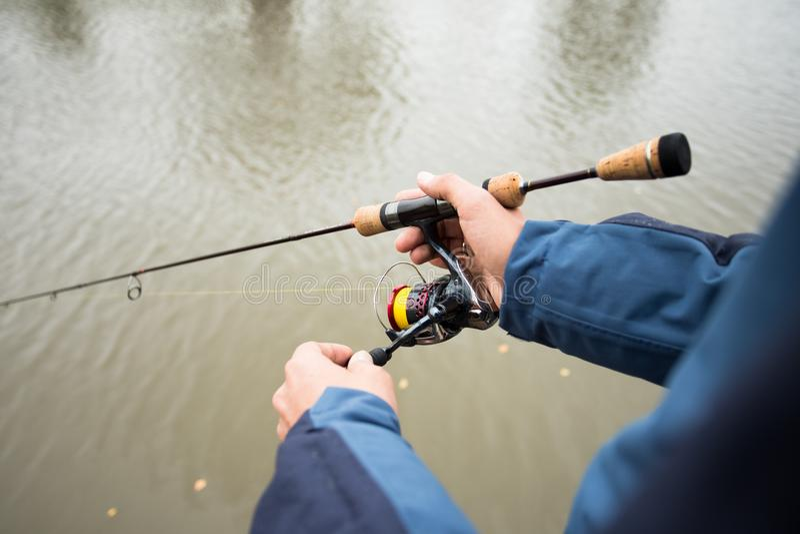 Pescatore With Fishing Rod On Fishing Outdoor fotografia stock libera da diritti