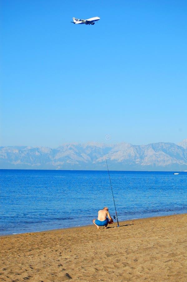 Pescatore in mare immagini stock