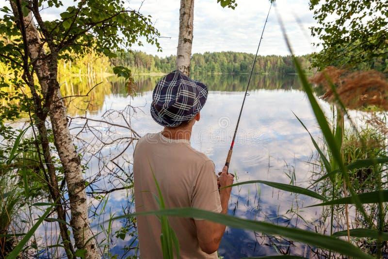 Pescatore nel lago fotografia stock