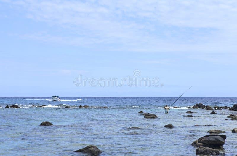 Pescatore nell'oceano immagine stock