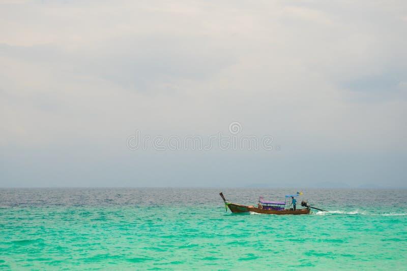 Pescatore nella città 4 di krabi fotografie stock