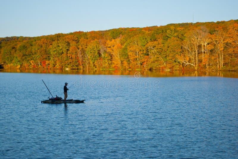 Pescatore a Risley Park Vernon Connecticut durante l'autunno con splendidi foglietti immagini stock