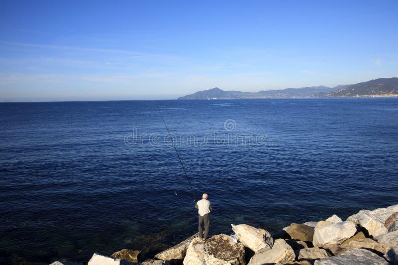 Pescatore a Sestri Levante, Genova, Liguria, Italia immagini stock