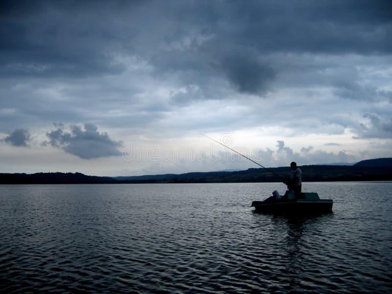 Pescatore sul lago drammatico fotografia stock libera da diritti