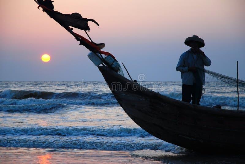 Pescatore sulla barca immagini stock