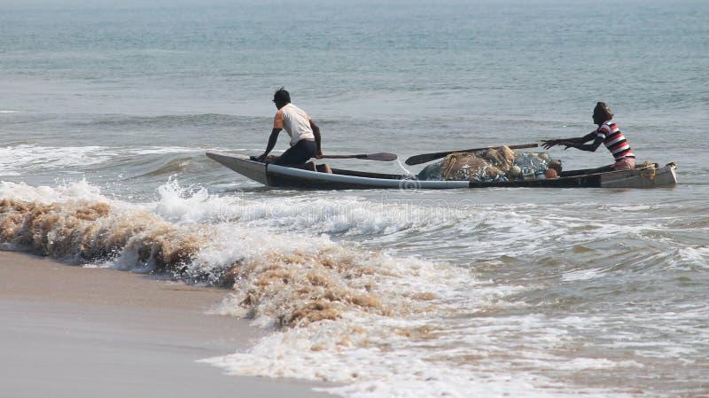 Pescatore sulla spiaggia del mare immagine stock libera da diritti