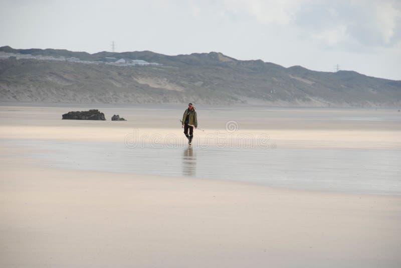 Pescatore sulla spiaggia della Cornovaglia fotografie stock libere da diritti