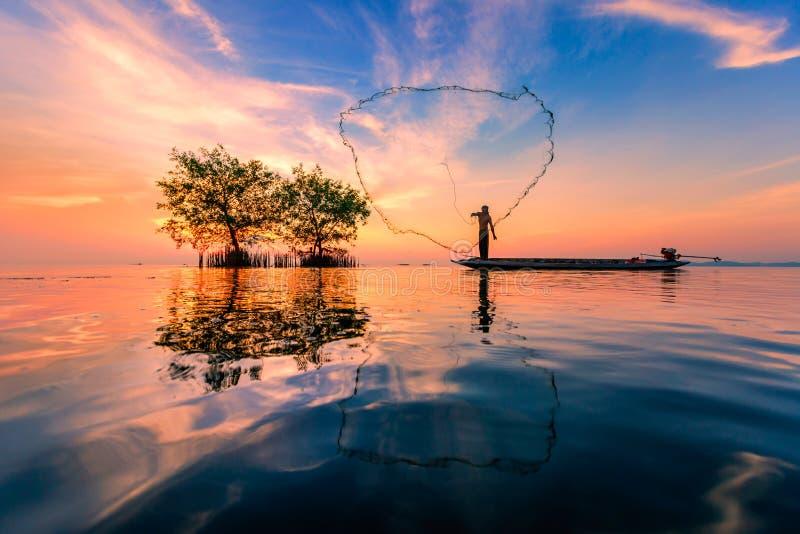 Pescatore tailandese con rete nell'azione fotografie stock