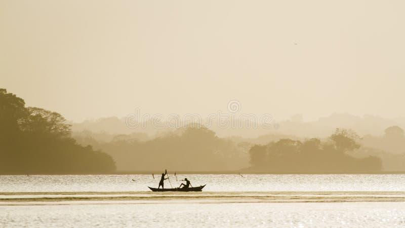 Pescatore tradizionale nella laguna della baia di Arugam, Sri Lanka immagine stock libera da diritti
