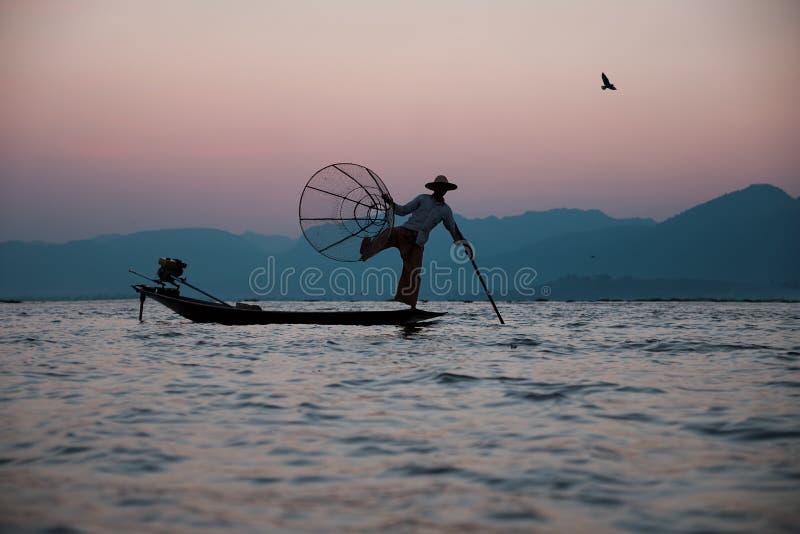 Pescatore tradizionale sul lago Inle nel Myanmar fotografia stock libera da diritti