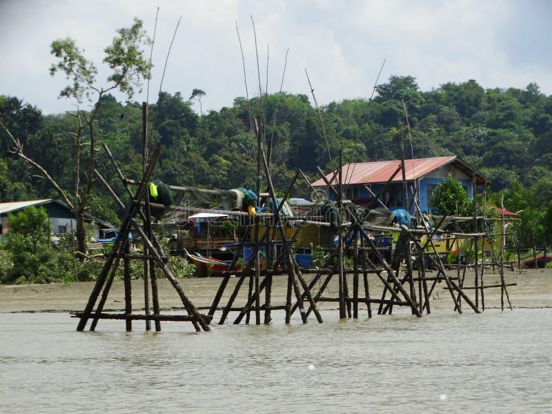 Pescatori che installano le reti attraverso il fiume in Bako, Sarawak, Malesia fotografie stock