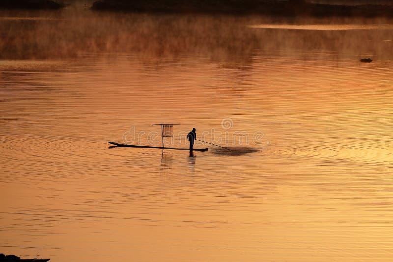 Pescatori che lavorano all'alba fotografie stock libere da diritti
