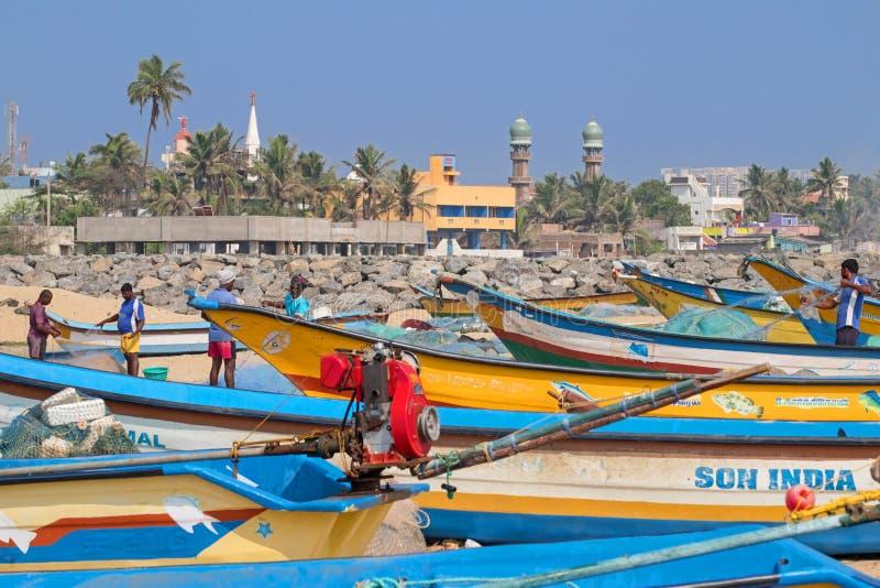 Pescatori che riparano le reti sulla costa di Coromandel, India fotografia stock libera da diritti