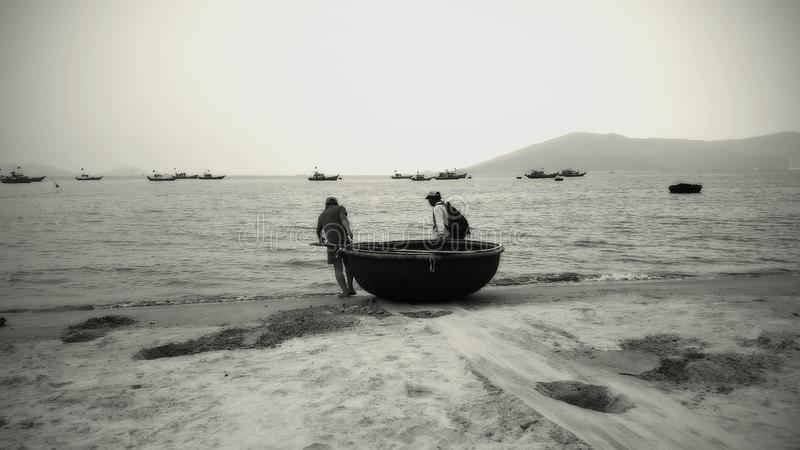 Pescatori del granchio sul lavoro nel retro stile fotografia stock