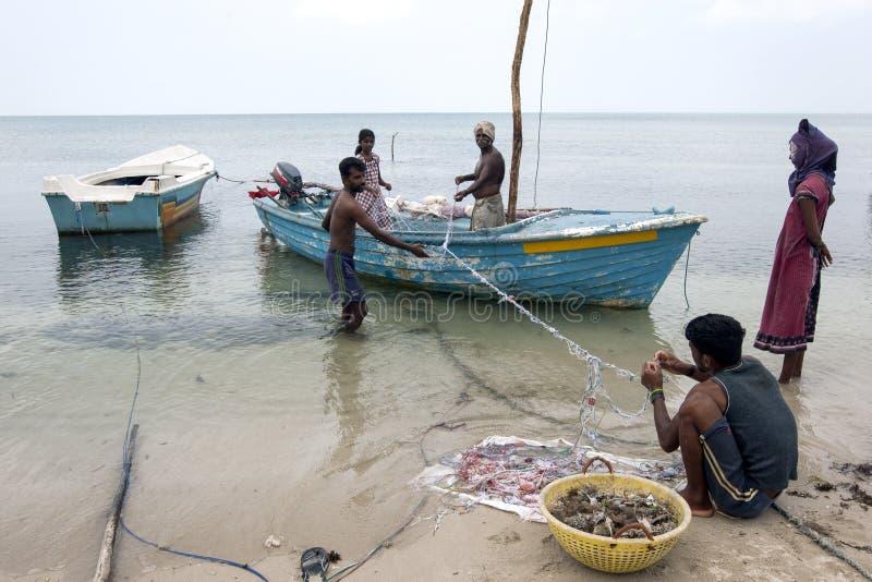 Pescatori e donne che presente alle loro reti sull'isola di Delft nella regione settentrionale di Jaffna nello Sri Lanka fotografia stock libera da diritti