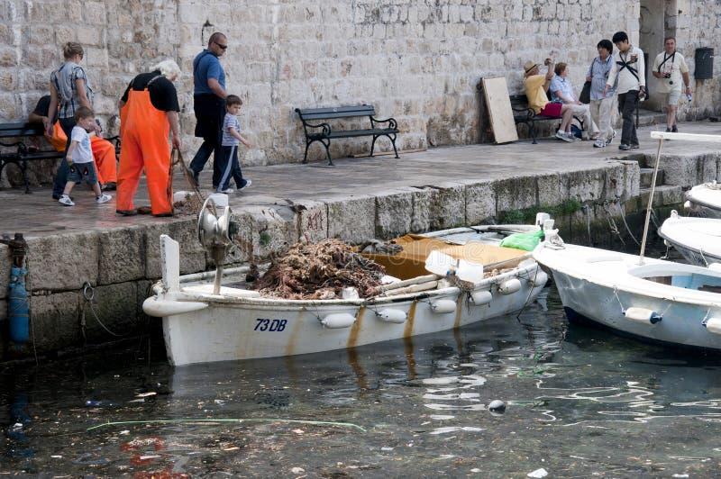 Pescatori nel porto di Dubrovnic in Croazia Europa immagine stock libera da diritti