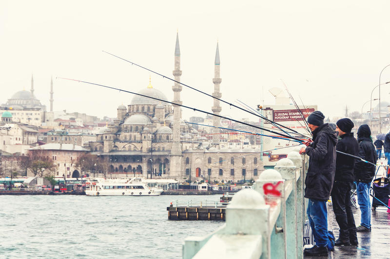 Pescatori in ponte di Costantinopoli Galata fotografie stock