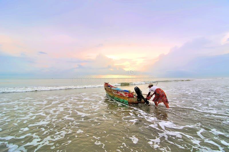 Pescatori pronti a andare al mare alla mattina. fotografia stock