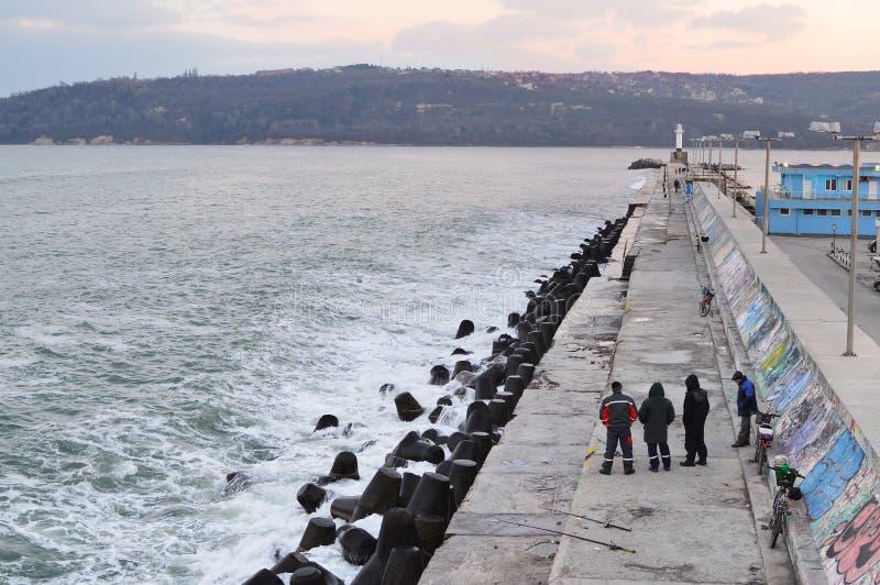 Pescatori su Varna immagini stock