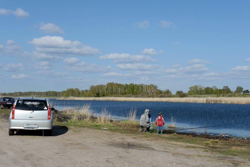 Pescatori sul grande lago Ostrovoye nel distretto di Mamontovsky del territorio di Altai immagini stock libere da diritti