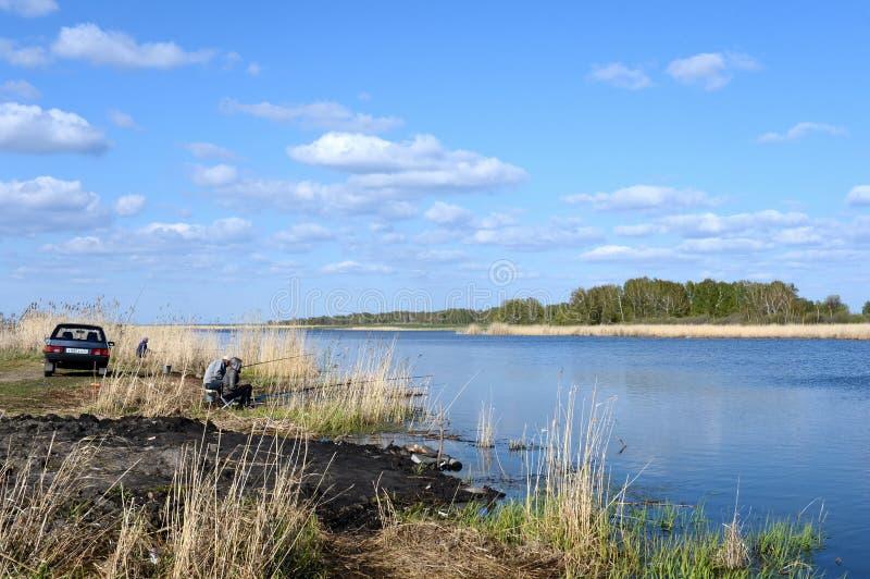 Pescatori sul grande lago Ostrovoye nel distretto di Mamontovsky del territorio di Altai fotografia stock