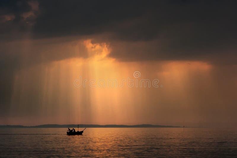 Pescatori sulla barca fotografia stock