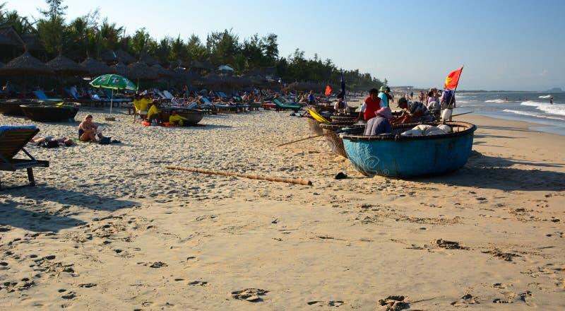 Pescatori sulle loro barche rotonde tradizionali ( tung chai) Una spiaggia di colpo Punto di interst nel Vietnam vietnam immagini stock libere da diritti