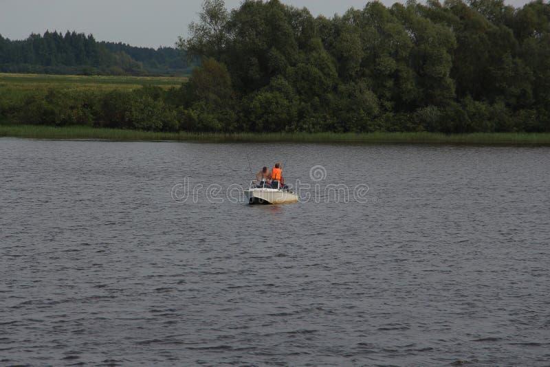 Pescatori in una barca sul fiume immagine stock
