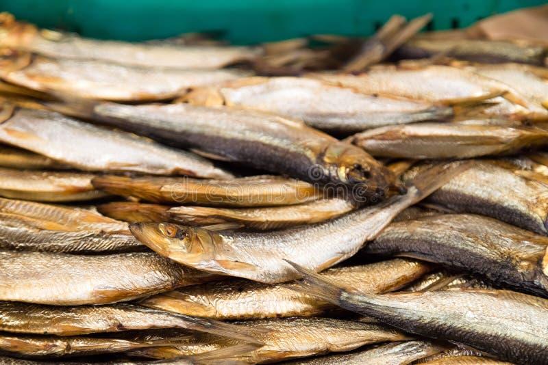 Pesce affumicato da vendere al mercato ittico Fumato all'affumicatoio, aperitivo delizioso immagini stock