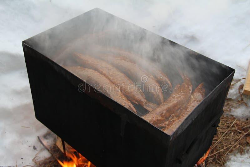 Pesce affumicato in scatola dell'affumicatoio Luccio affumicato Pesce di affumicato caldo immagine stock libera da diritti