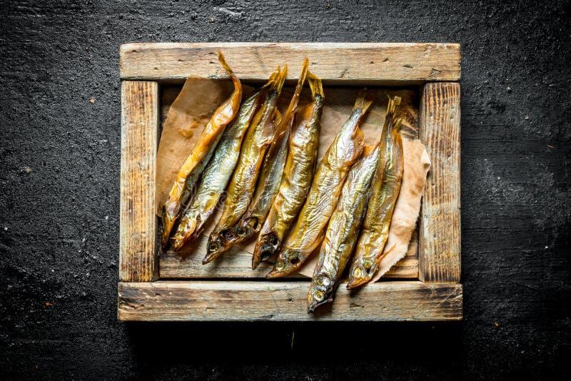 Pesce affumicato su un vassoio di legno immagine stock libera da diritti