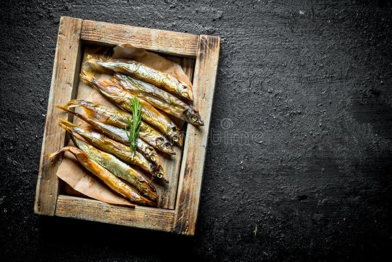 Pesce affumicato su un vassoio di legno immagini stock