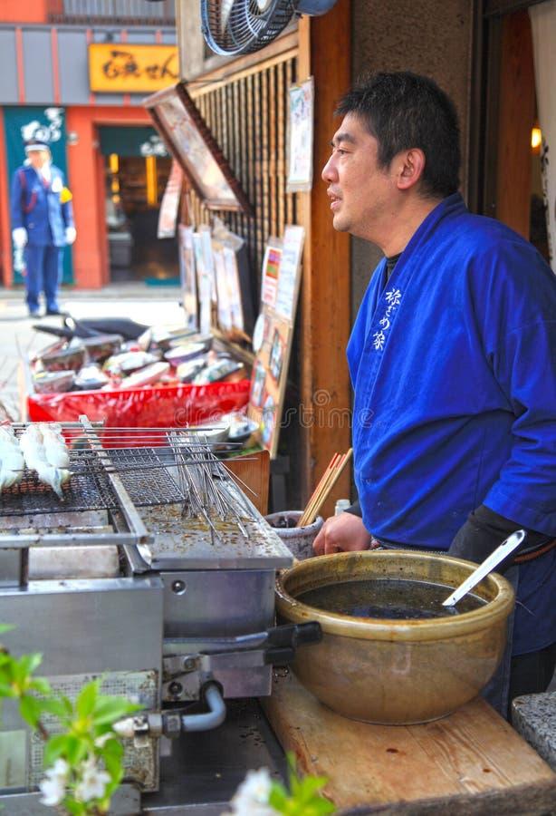 Pesce arrostito ad una stalla di via a Kyoto, Giappone fotografie stock