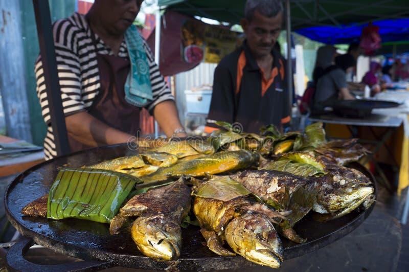 Pesce arrostito al mercato del Ramadan fotografia stock libera da diritti