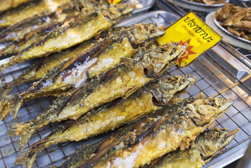 Pesce arrostito con la crosta dorata immagini stock libere da diritti