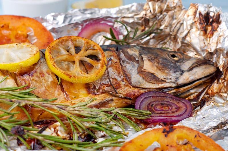 Pesce arrostito dello sgombro in stagnola con le verdure immagini stock