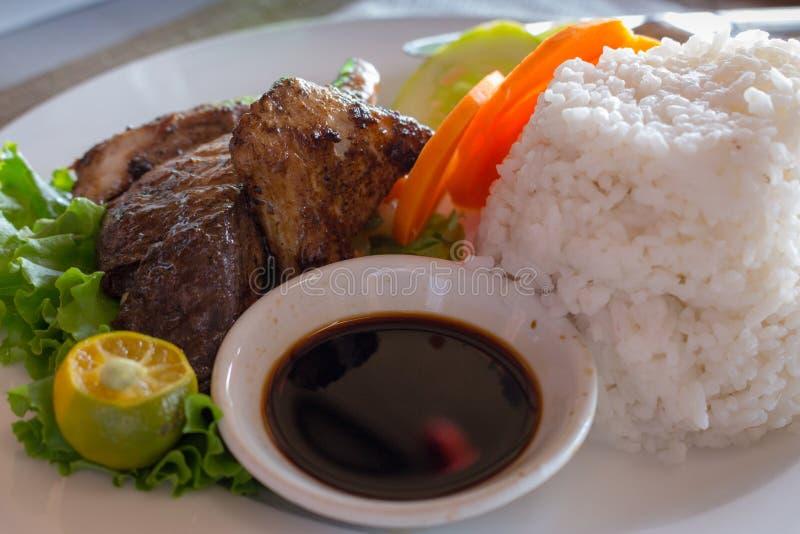Pesce arrostito e riso bianco e ortaggi freschi e salsa di soia Concetto asiatico di cucina Bistecca di color salmone arrostita c immagini stock libere da diritti