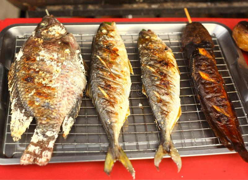 Pesce arrostito fresco sul vassoio da vendere immagine stock libera da diritti