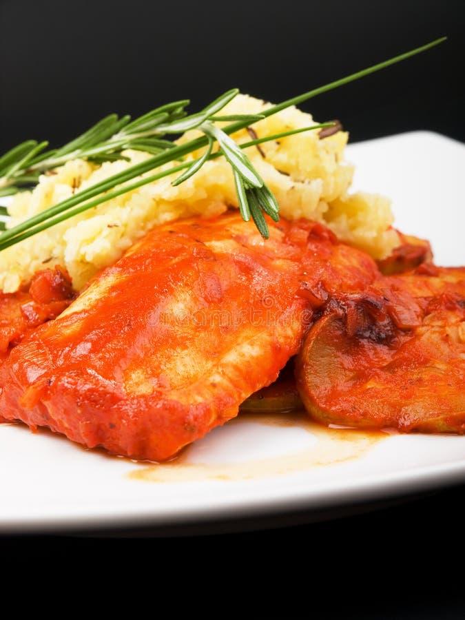 Pesce bianco in salsa al pomodoro fotografia stock libera da diritti