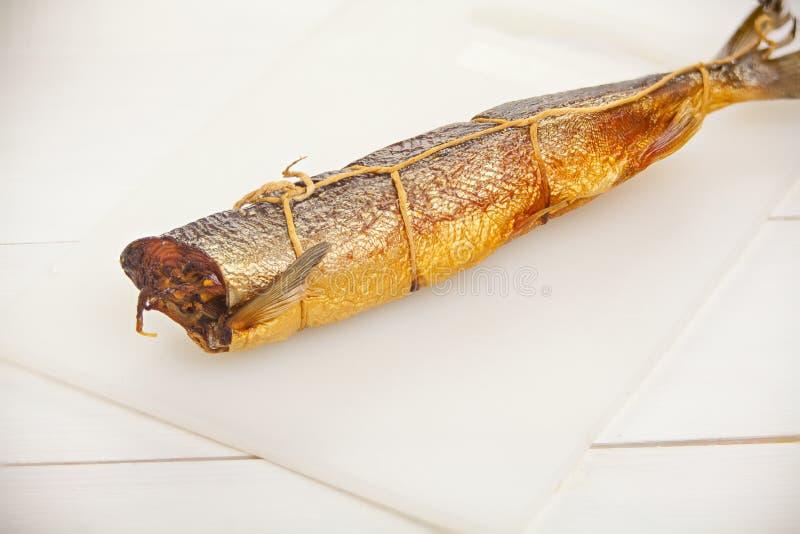 Pesce caldo del salmone affumicato sul bordo della cucina sulla tavola fotografie stock