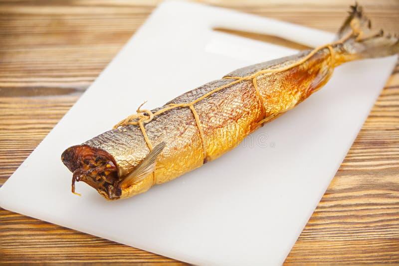 Pesce caldo del salmone affumicato sul bordo della cucina sulla tavola fotografia stock libera da diritti