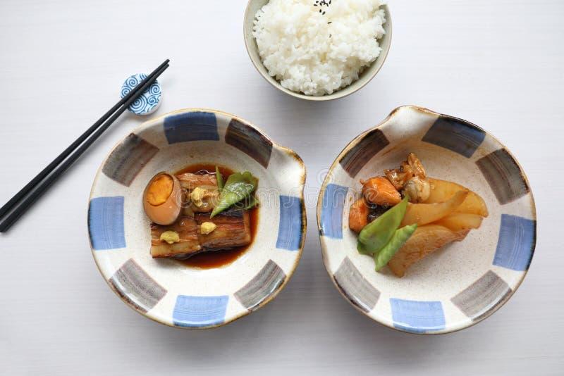 Pesce capo bolied alimento giapponese con salsa e stile giapponese bollito dell'arrosto di carne di maiale con riso immagini stock libere da diritti
