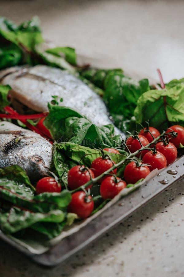 Pesce con le verdure su uno strato bollente fotografia stock libera da diritti