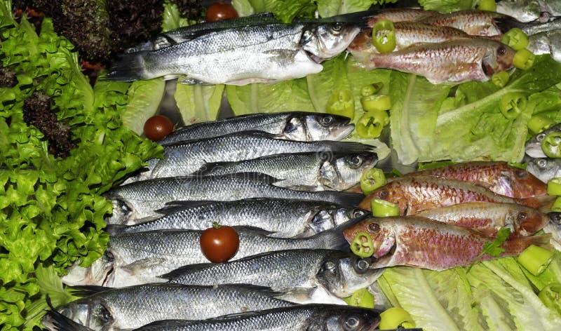 pesce crudo della triglia e dell'aringa con le verdure sul mercato, vista superiore di concetto sano di cibo fotografie stock