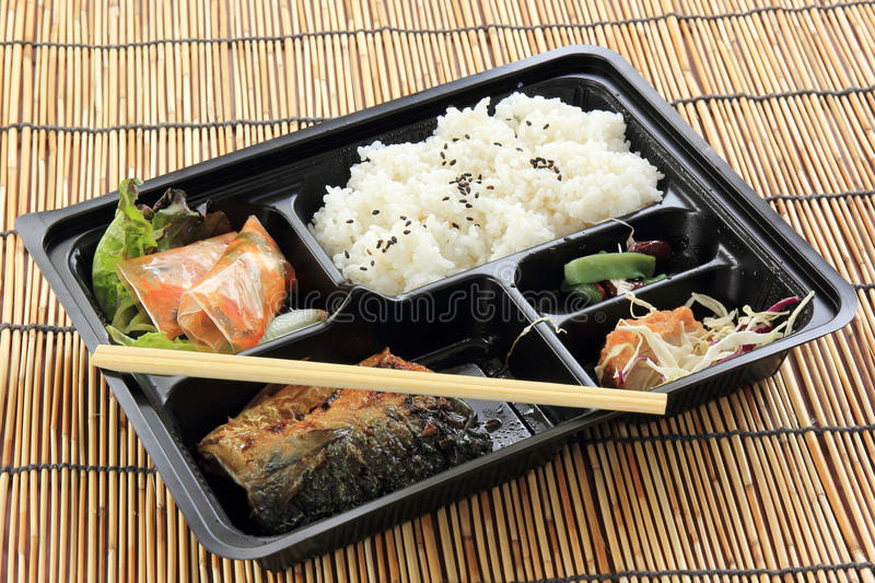 Pesce del Saba della griglia con il riso del vapore in scatola dell'insieme fotografia stock