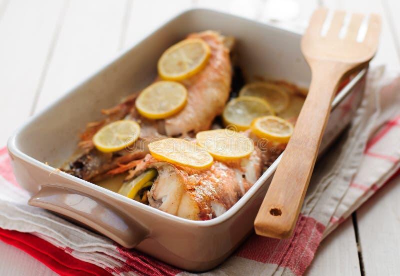 Pesce della roccia al forno con il limone immagini stock