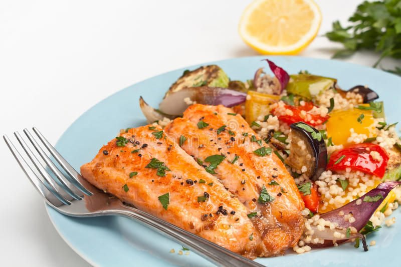 Pesce della trota con le verdure arrostite e Cous Cous fotografia stock libera da diritti